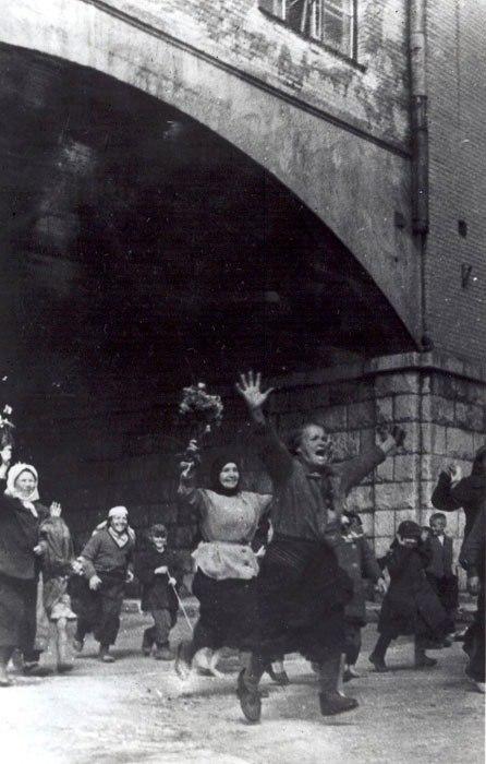 1943. A németektől visszafoglalt szovjet Vjazma lakói örömmel fogadják a felszabadítókat..jpg