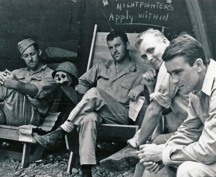 1944. Amerikai pilóták pihenőn egy japán katona koponyájával..jpg