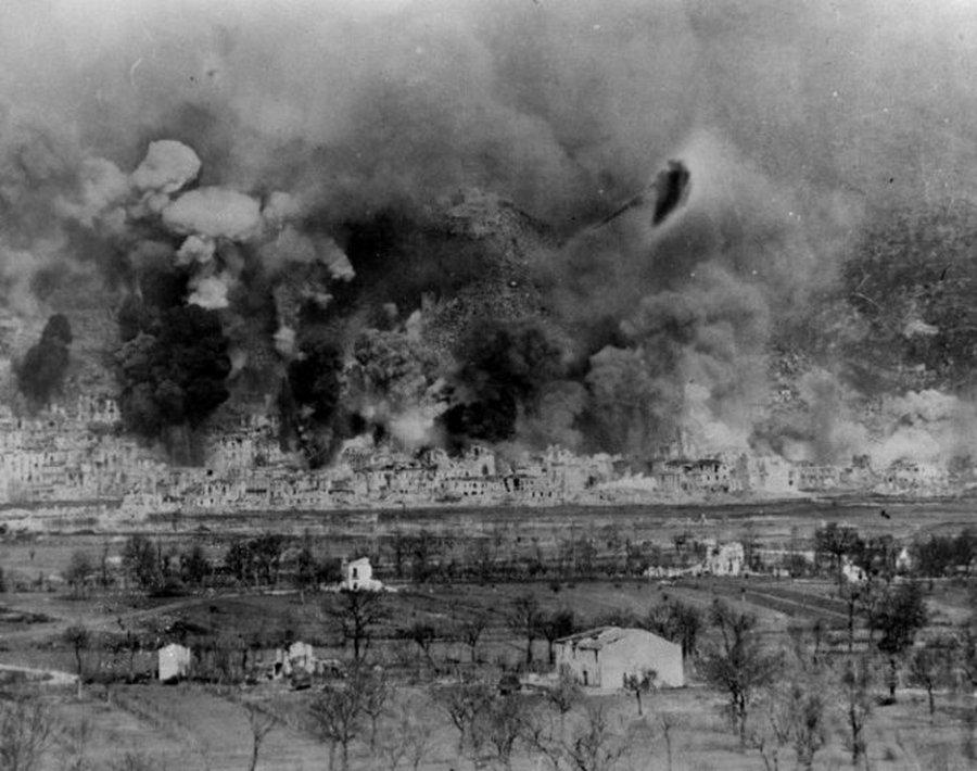 1944. március 15. Cassino bombázása..jpg