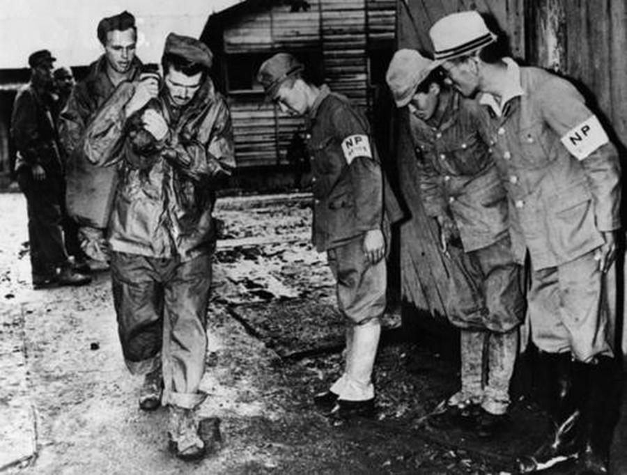 1945. Japán kapitulációját követően a yokohamai fogolytáborból szabaduló hadifoglyok előtt meghajolnak a japán őrök..jpg