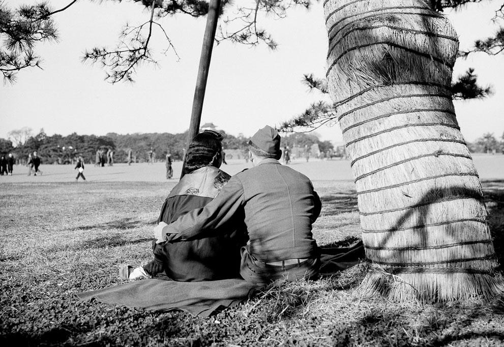 1946. Amerikai katona és egy japán lány a tokiói Hibiya parkban, alig nyolc hónappal Japán kapitulációja után..jpg
