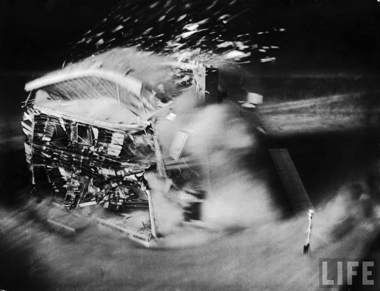 1953. A nevadai sivatagban tesztelt atombomba pusztító hatása az epicentrumtól egy kilométerre épített épületen..jpg