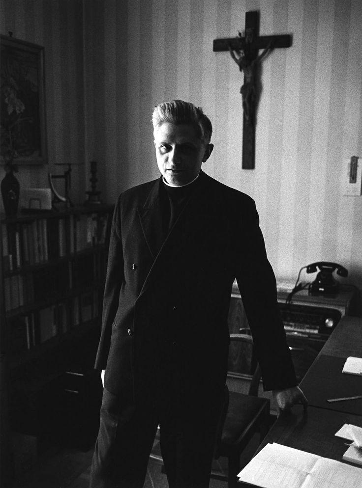 1965. A fiatal Josef Ratzinger a későbbi XVI. Benedek pápa..jpg