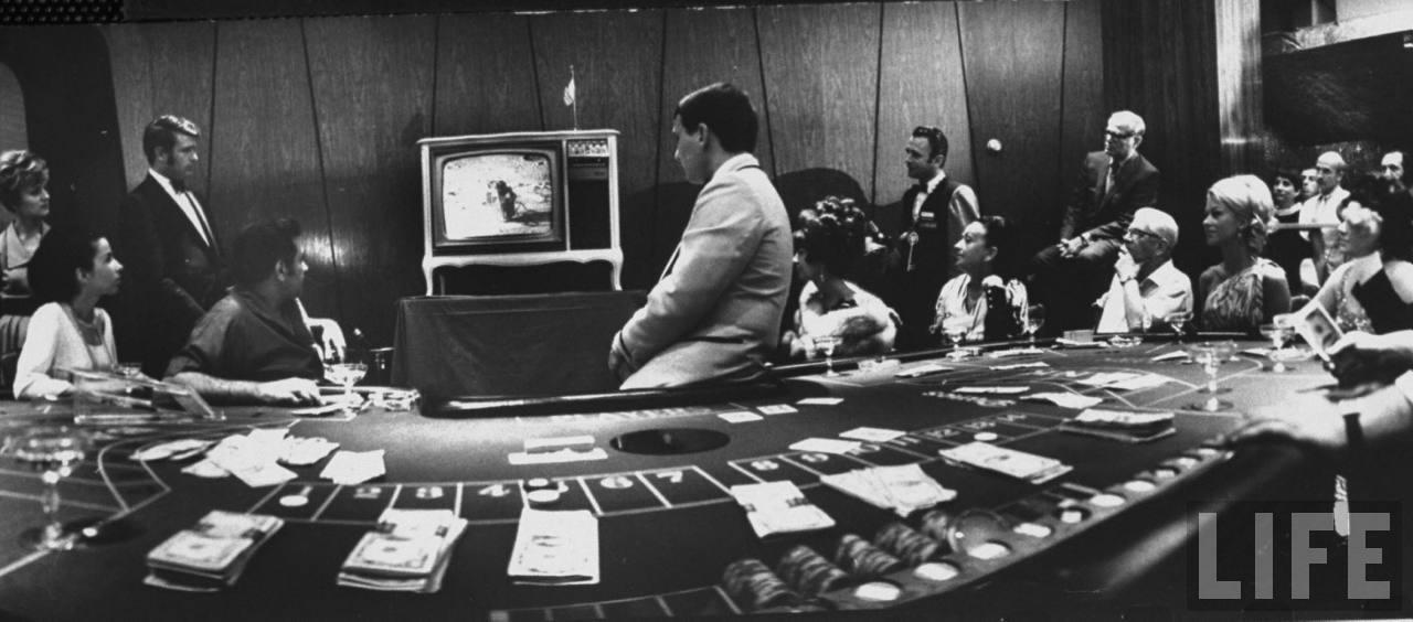 1969. A szerencsejátékot is abbahagyták a las vegasi Dunes hotelben, hogy figyelhessék a holdraszállás pillanatait..jpg
