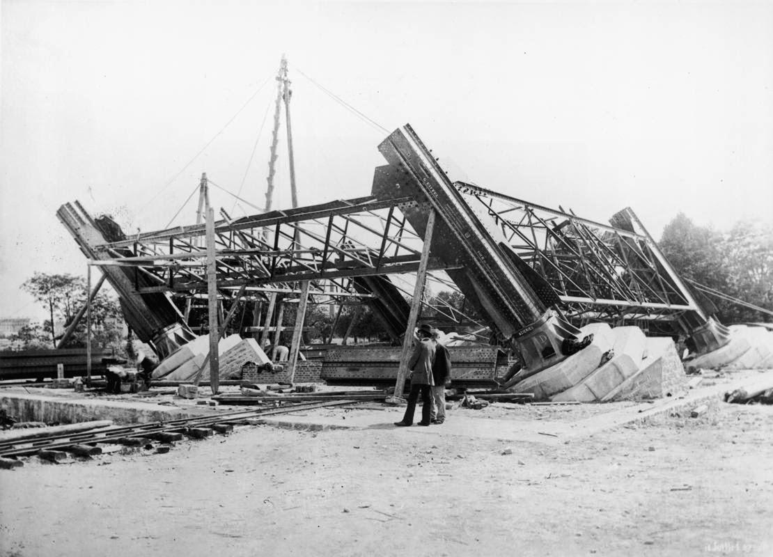 1887. Párizs. Az Eiffel-torony építési munkáinak kezdete..jpg