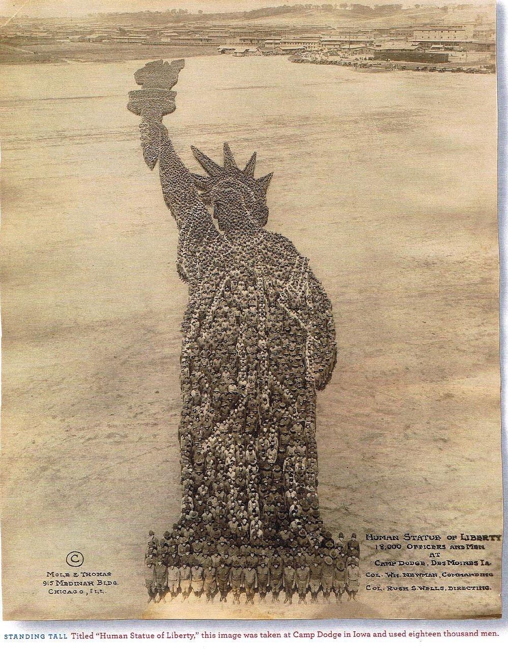 1918. Ford Dodge, Iowa. 18 ezer katona formázza a Szabadság szobrot..jpg