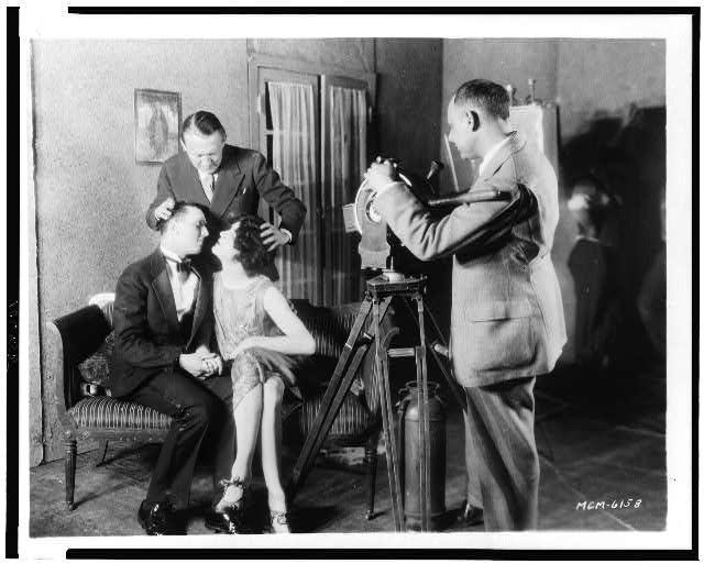 1927. Edmund Goulding az MGM igazgatója segít a színészeknek egy csókjelenetnél..jpg