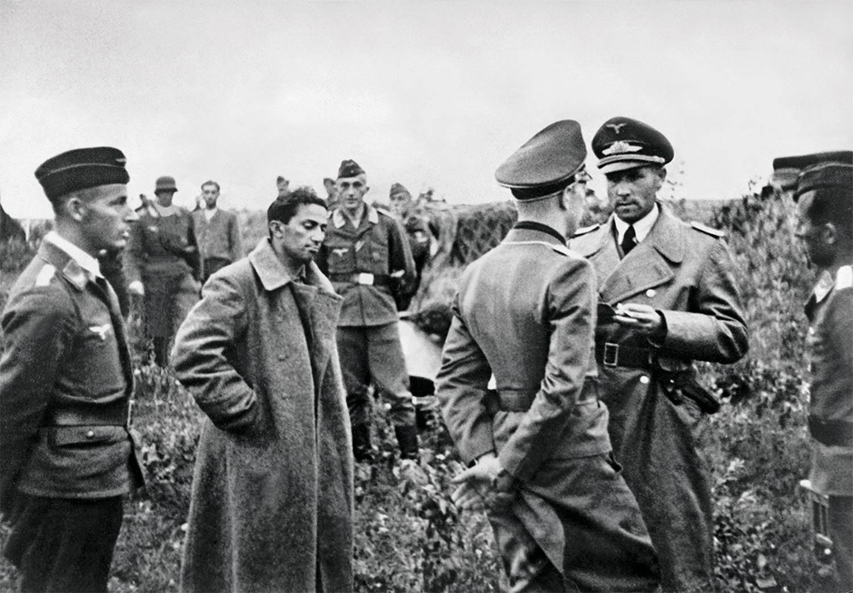 1941. Jakov Dzsugasvili, Sztálin legidőseb fia német fogságba esik Szmolenszknél. Később egy koncentrációs táborban halt meg..jpg