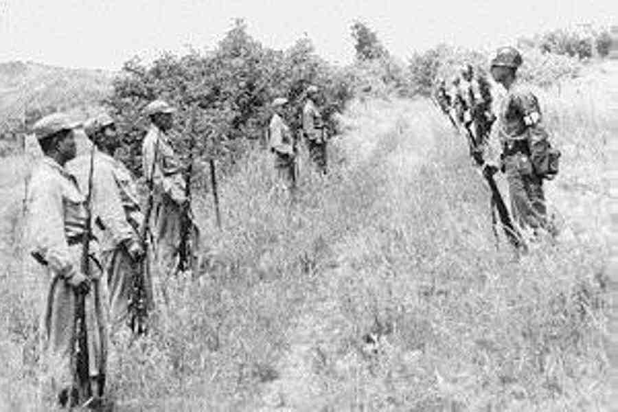 1953. Koreai demilitarizált zóna közvetlenül a tűzszünet kihirdetése után. Észak-koreai és amerikai katonák néznek farkasszemet egymással..jpg