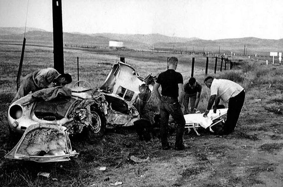 1955. James Dean halálos balesete után az összetört Porsche 550 mellett az akkor már halott színésszel együtt utazott Rolf Wütherich-et teszik hordágyra a mentők..jpg