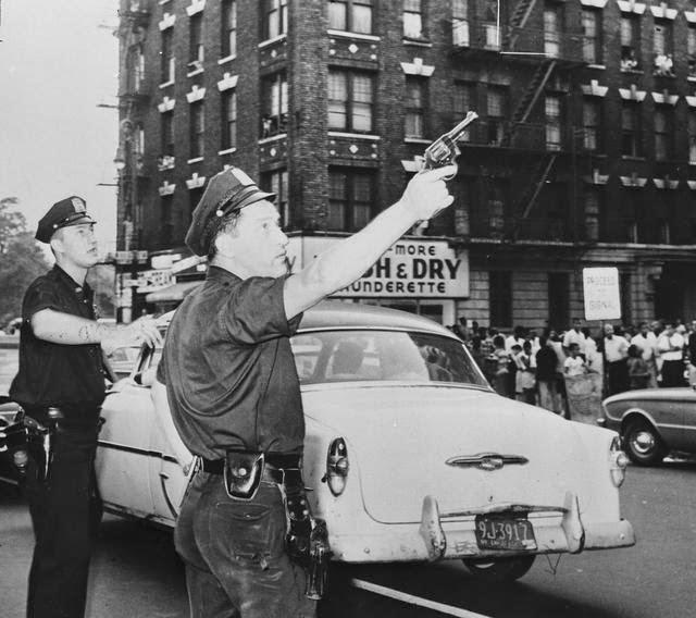 1961. New York. Két rendőr vesz részt egy utcai gang tagjainak üldözésében..jpg