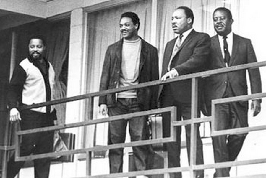 1968. Jesse Jackson, Dr. Martin Luther King, Jr., Hosea Williams és Ralph Abernathy a Lorraine Motel folyosóján Memphis-ben. Kevesebb, mint 24 óra múlva ugyanitt lőtték le Kinget..jpg