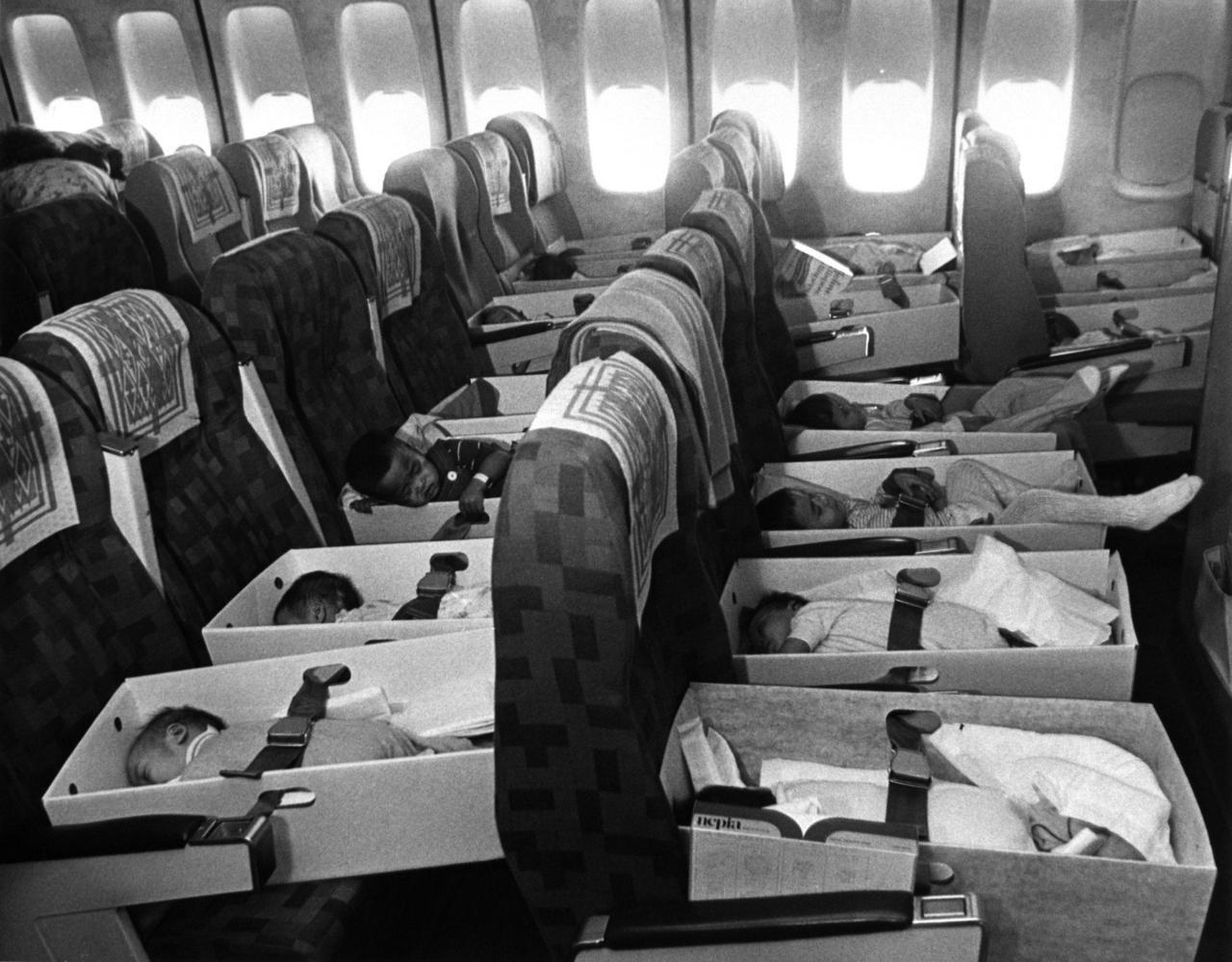 1975. A Babylift művelet keretében Vietnámból repülőn Los Angelesbe menekített újszülöttek..jpg