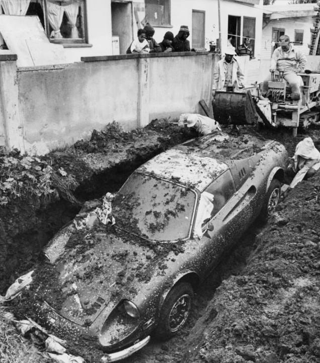 1978. Lopott Ferrari Dino 246 GTS kihantolása Los Angelesben. Az autó négy évet töltött a föld alatt, de jelenleg is működik..jpg