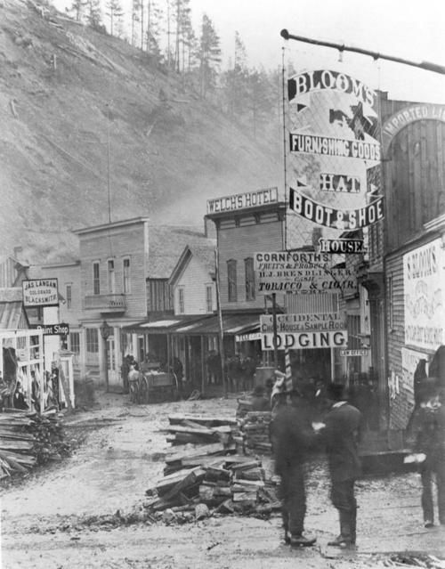 1877. Deadwood. Az 1875-ös aranyláz idején alakult - egy ideig törvényen kívüli - város. Nevét a völgyet oldalát borító halott fákról kapta..jpg