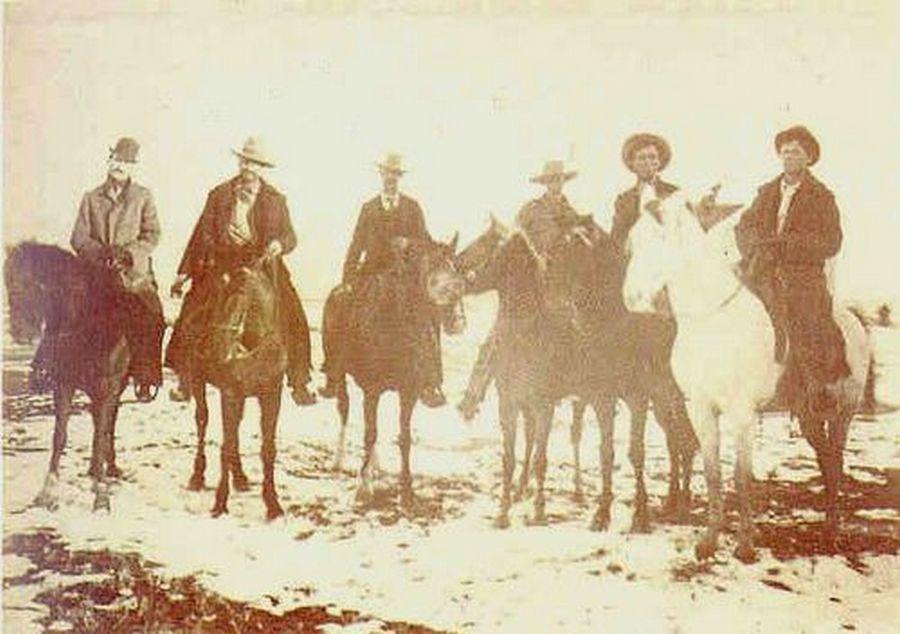 1880. Billy a kölyök elfogása. A ritka felvétel feltételezhetően Santa Fé-ben készült, ahová a foglyot börtönbe kísérték. A kölyök a kép jobb szélén látható. Garret seriff egy coltot fog rá..jpg