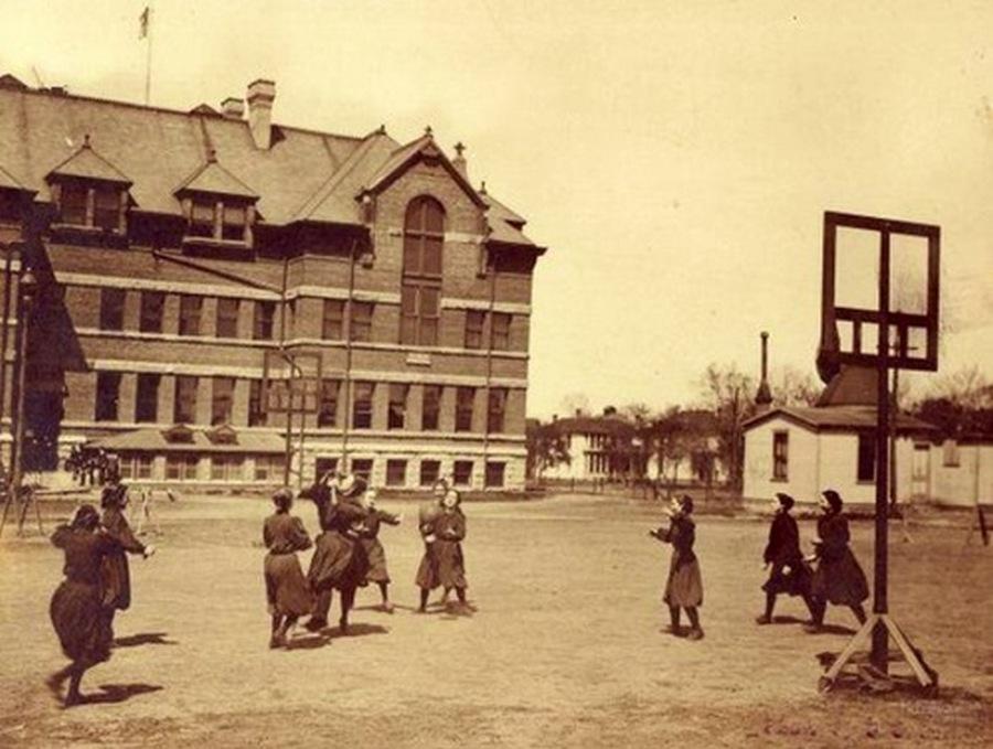 1890. A Nebraska-Lincoln egyetemen női tanulók kosárlabdáznak..jpg
