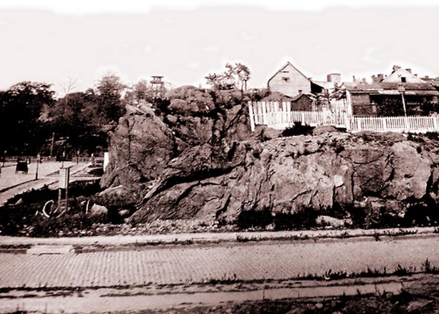 1893. Az Ötödik sugárút és a 119-ik utca kereszteződése New Yorkban. A háttérben a Mount Morris Park látható a tűztoronnyal..jpg
