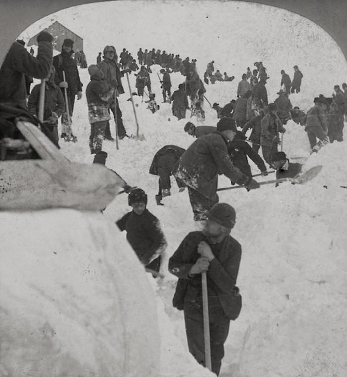 1898. A Klondike aranyláz idején a Chilkoot ösvényt egy lavina tarolta le. 65-en haltak meg, a képeken a mentés látható..jpg