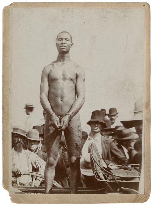 1899. Missouri, USA. Frank Embree néhány perccel meglincselése előtt. Embree kínzás során bevallotta, hogy megerőszakolt egy 14 éves lányt. A bíróság 100 botütésre ítélte, de a tömeg egy fára akasztotta fel..jpg