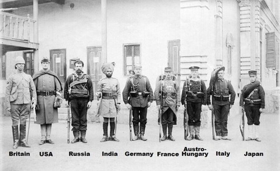 1900. 8 nemzet katonái..jpg