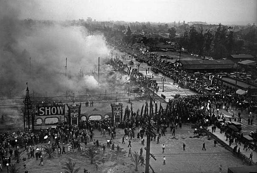 1929. A porig égett los angeles-i autóshow. A négy hatalmas sátorból mindenki idejében kimenekült, de legalább háromszáz gépkocsi égett el a zárlat okozta tűzben..jpg