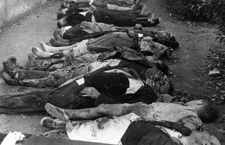 1937. Nacionalisták által lebombázott iskola gyermekáldozatai a spanyol polgárháborúban..jpg
