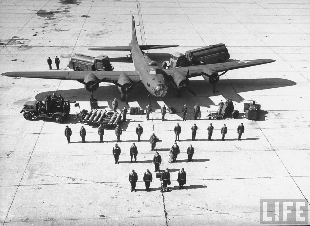 1942. Ennyi, azaz 36 ember kell, hogy vezessen és kiszolgáljon egy B-17E bombázót..jpg