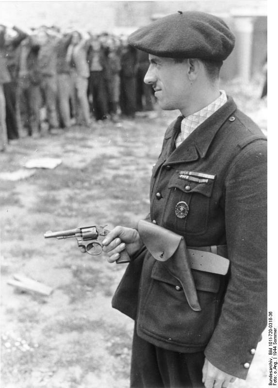 1944. Milice tag, francia ellenállókat kísér. A Milice a Vichy bábkormány (és a németek) által létrehozott kollaboráló félkatonai szervezet volt. Fő feladatuk az ellenállás felszémolása volt..jpg