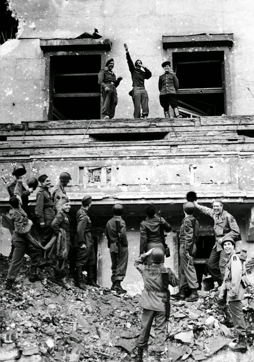 1945. Amerikai és szovjet katonák röhögnek egy Hitler imitátoron Berlinben a Birodalmi Kancellária romjain..jpg