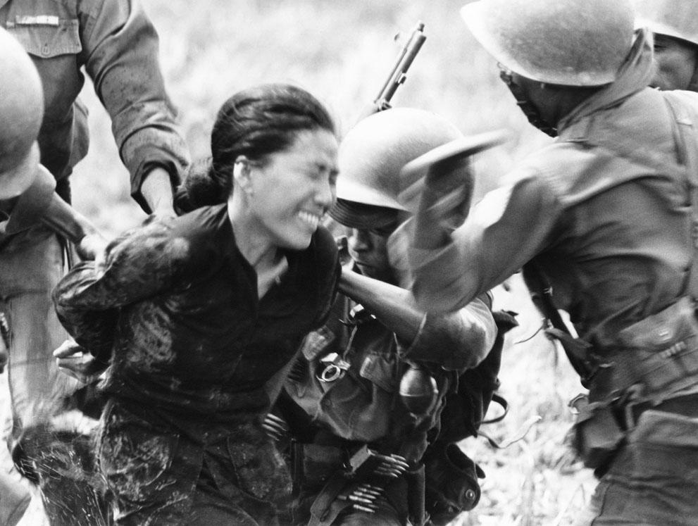 1964. Vietnami kormánycsapatok katonái próbálnak szóra bírni egy valószínűsíthető vietkong tagot..jpg
