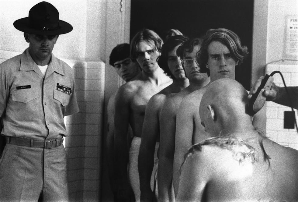 1971. Bevonuló amerikai fiatalok várnak a hajvágásra..jpg