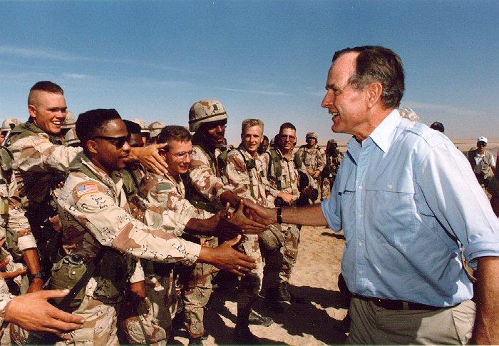 1990. Idősebb George Bush amerikai egységeknél Szaúd-Arábiában, a Sivatagi Vihar hadművelet előtt...jpg