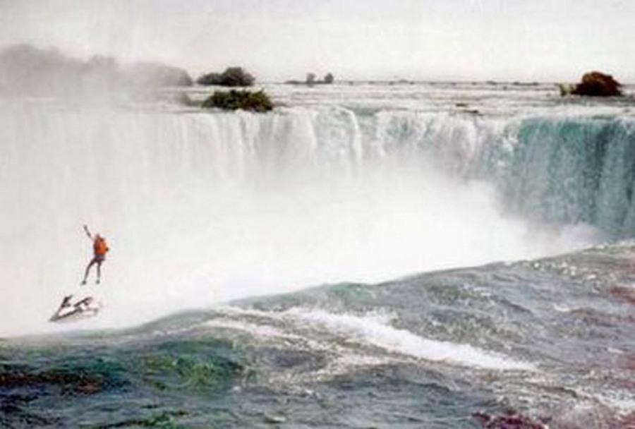 1995. Rober Overacker - egy jótékonysági akció keretében - egy jetskiről leugorva zuhant a Niagara vízesésbe. Nem nyílt ki az ejtőernyője és belehalt..jpg