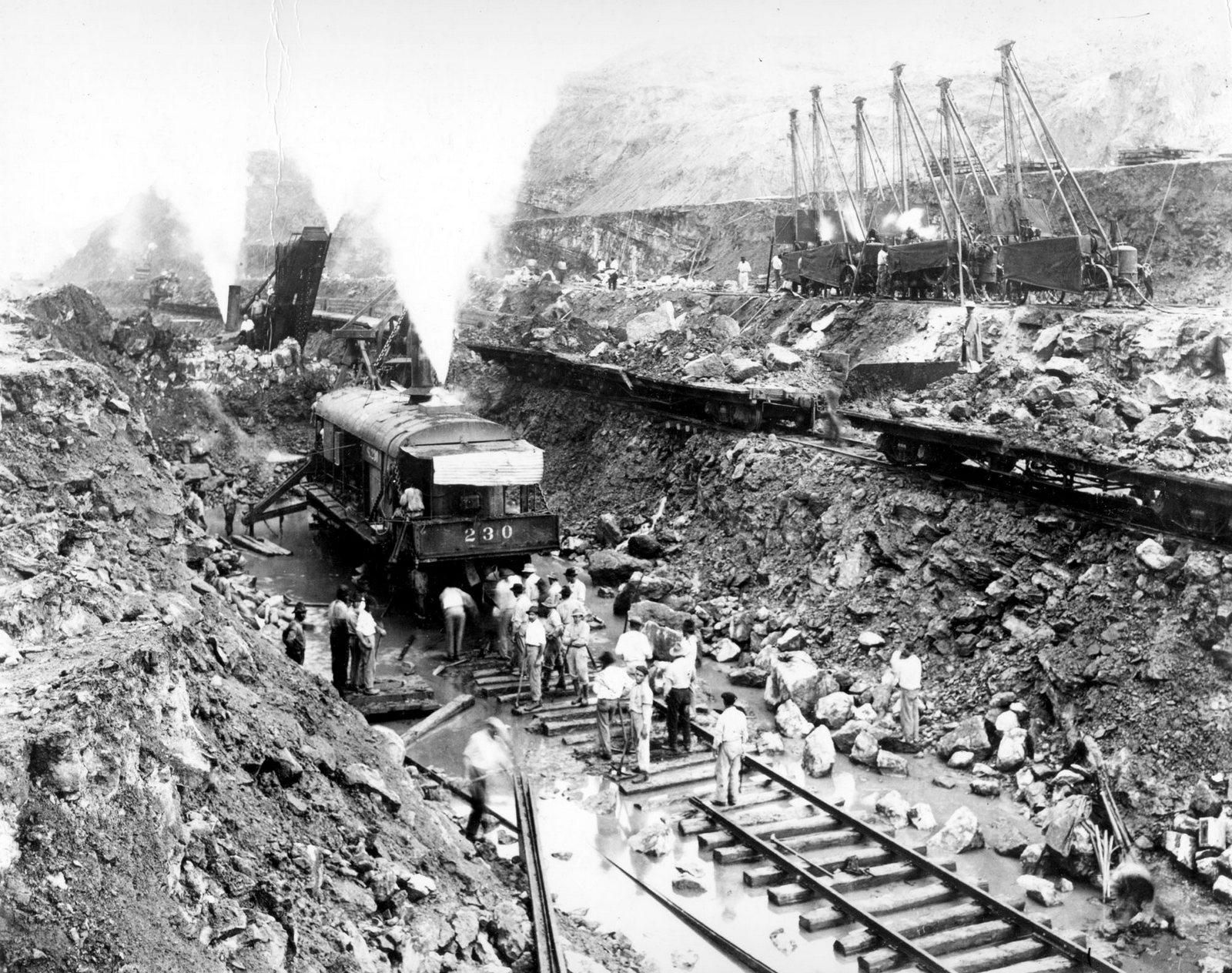 1914. Becslések szerint építése során 27 500 ember vesztette életét. A munkát járványok és földcsuszamlások nehezítették. Megépítése az emberiség történetének legnagyobb vállalkozásai közé tartozik..jpg