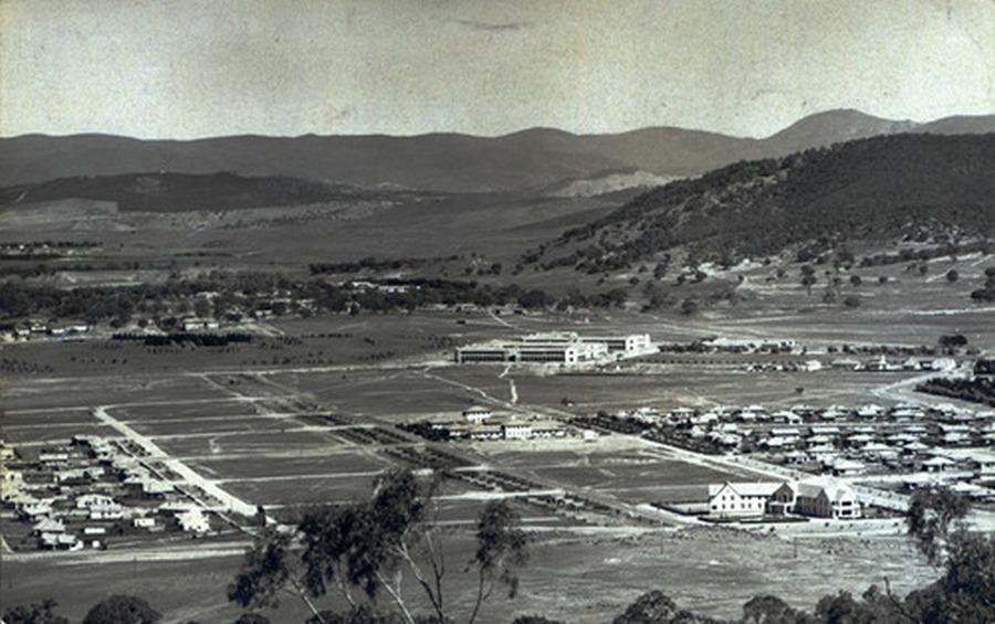 1930. Ausztrália fővárosa Canberra, az építése idején. Csakúgy, mint Brazíliában, ott is egy üres területen mesterségesen alakították ki ay új fővárost..jpg