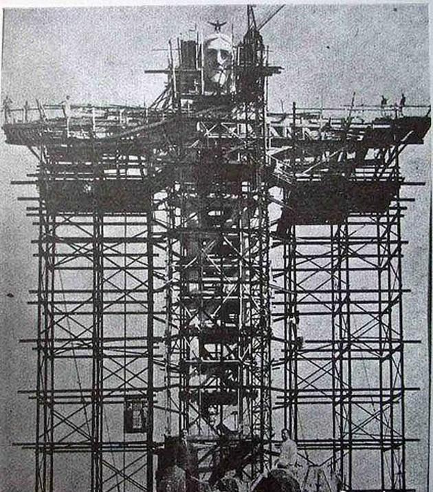 1931. A riói Megváltó Krisztus szobrának végső építési munkái..jpg