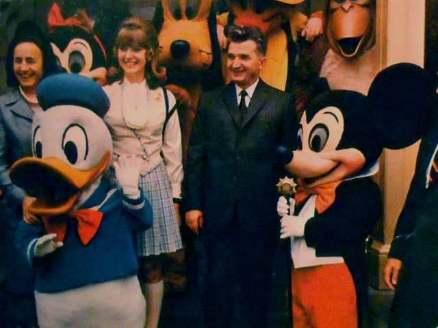 1974. A Ceausescu házaspár Disneylandben..jpg