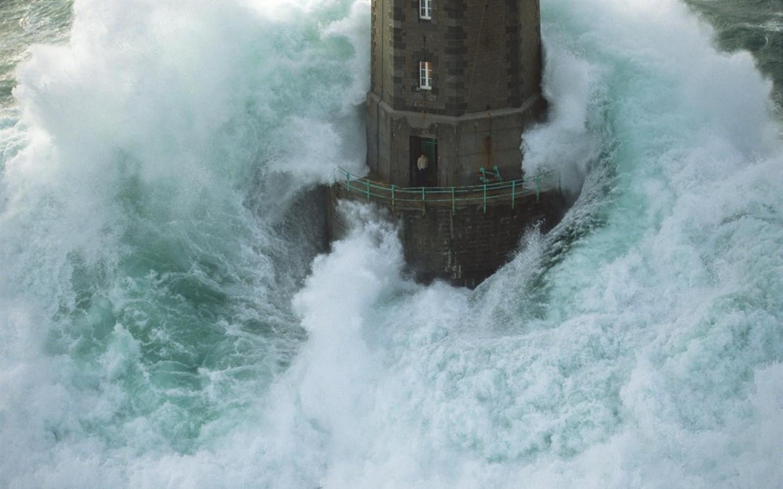 1989. Théodore Malgorn a világítótorony őre várja a mentőhelikoptert a Brest közeli atlanti-óceáni őrhelyén. A későn észlelt hullám ellenére sikerült visszamennie a toronyba és becsukni az ajtót..jpg