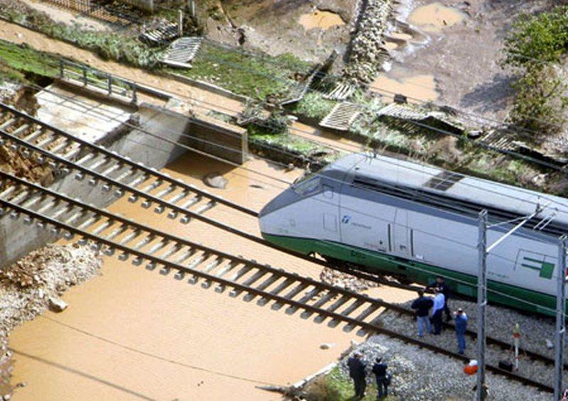 2005. Olaszországi áradások által elsodort híd előtt éppen le tudott fékezni a gyorsvonat..jpg