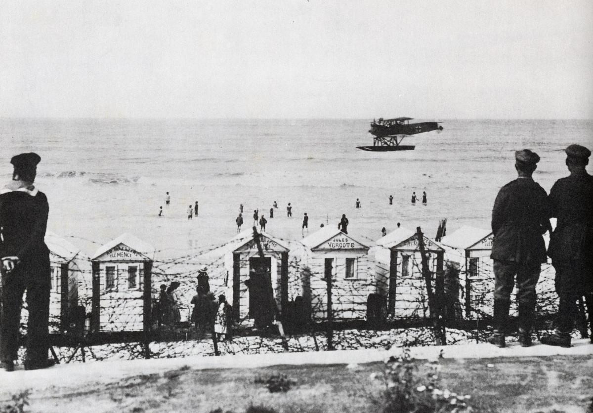 1916. Német hidroplán járőrözik a németek által megszállt belga Ostend partjai előtt..jpg