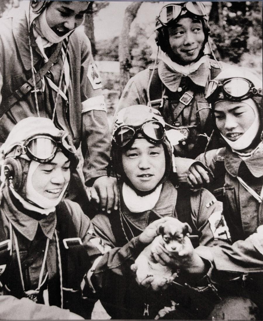 1945. Május. A 17 éves japán Yukio Araki egy kölyökkutyával társai között. Másnap egy kamikaze bevetésen halt meg Okinawa közelében egy amerikai hadihajót támadva..jpg