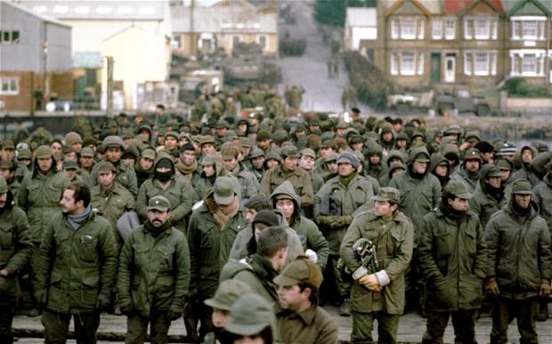 1982. Argentin hadifoglyok a Falkland háborúban, Port Stanley-ben..jpg