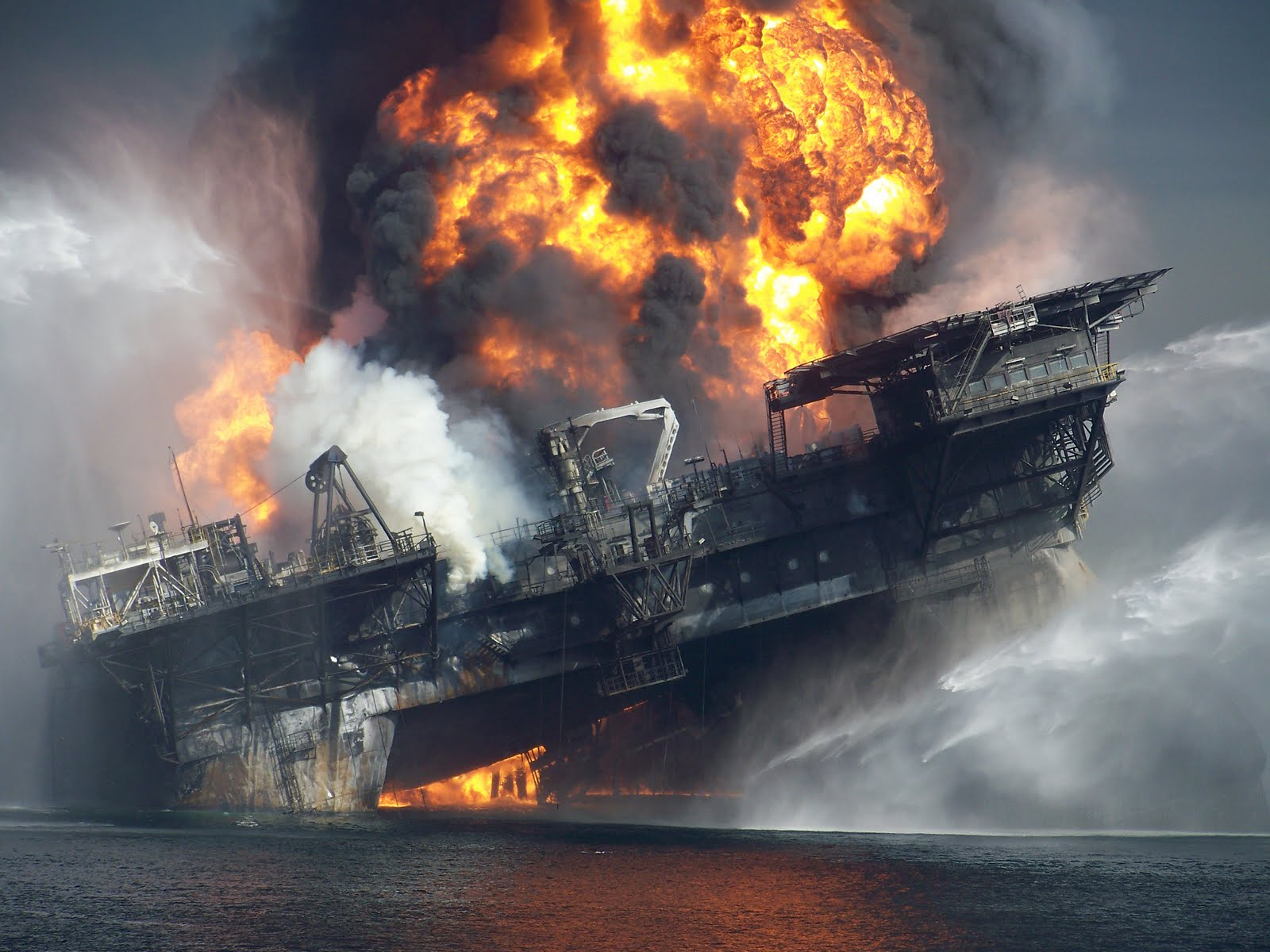 2010deepwater-horizon-burning-final-hours1.jpg