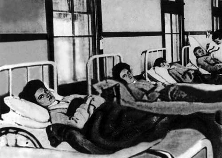 1907. Mary Mallon, azaz Tífuszos Mary (legközelebb) a karanténban. Erőszakkal vitték be, miután több tucat embert fertőzött meg az Államokban, akik közül néhányan bele is haltak..jpg