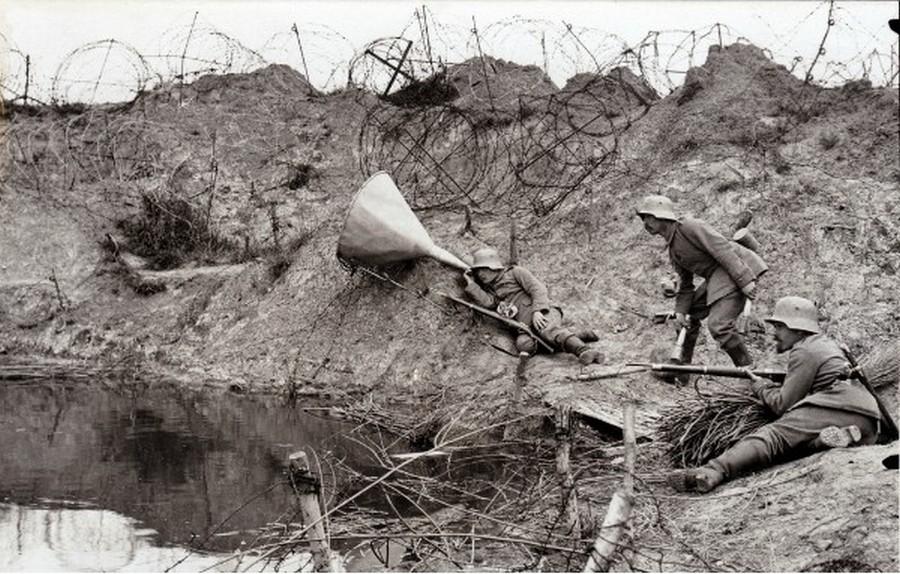 1916. Német katonák hallgatják az ellenség lehetséges állásait..jpg