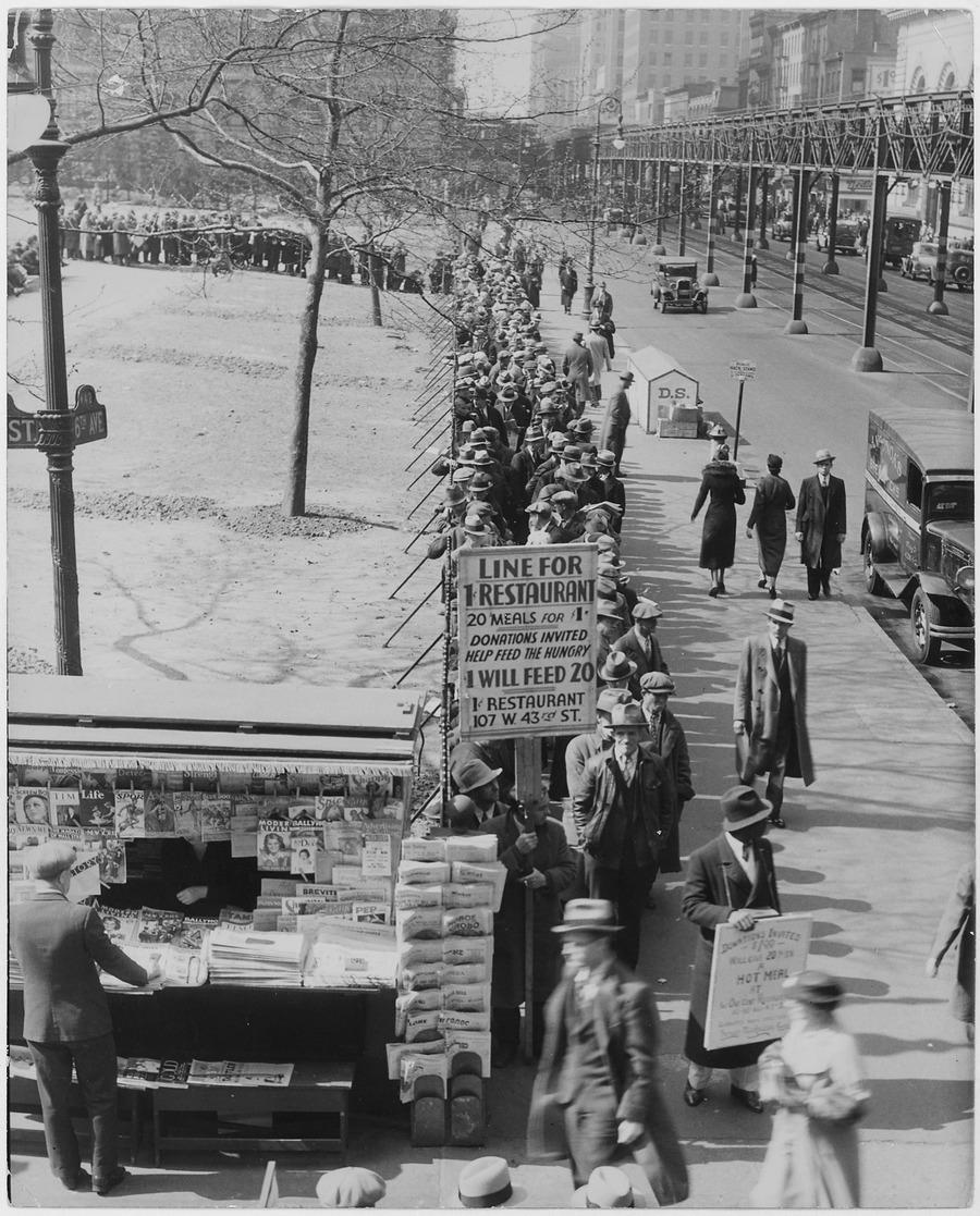 1932. A nagy gazdasági válság idején ingyen- és mindössze 1 centért kapható étteremhez állnak sorba amerikai munkanélküliek..jpg