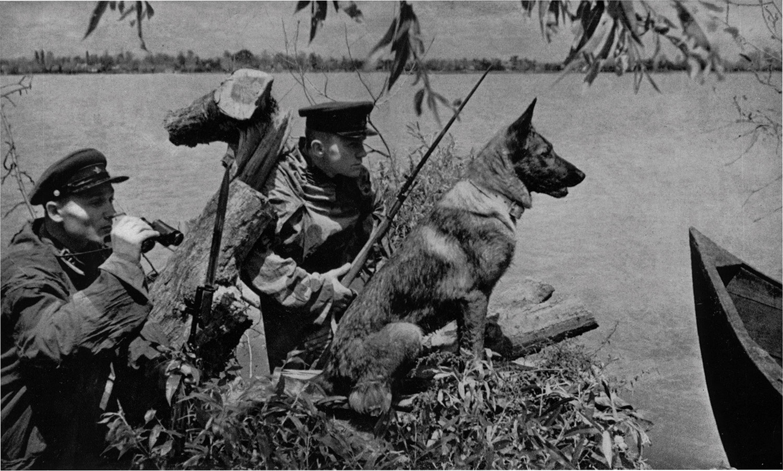 1941. Szovjet határjárőr Moldáviában, a Barbarossa hadművelet előestéjén..jpg
