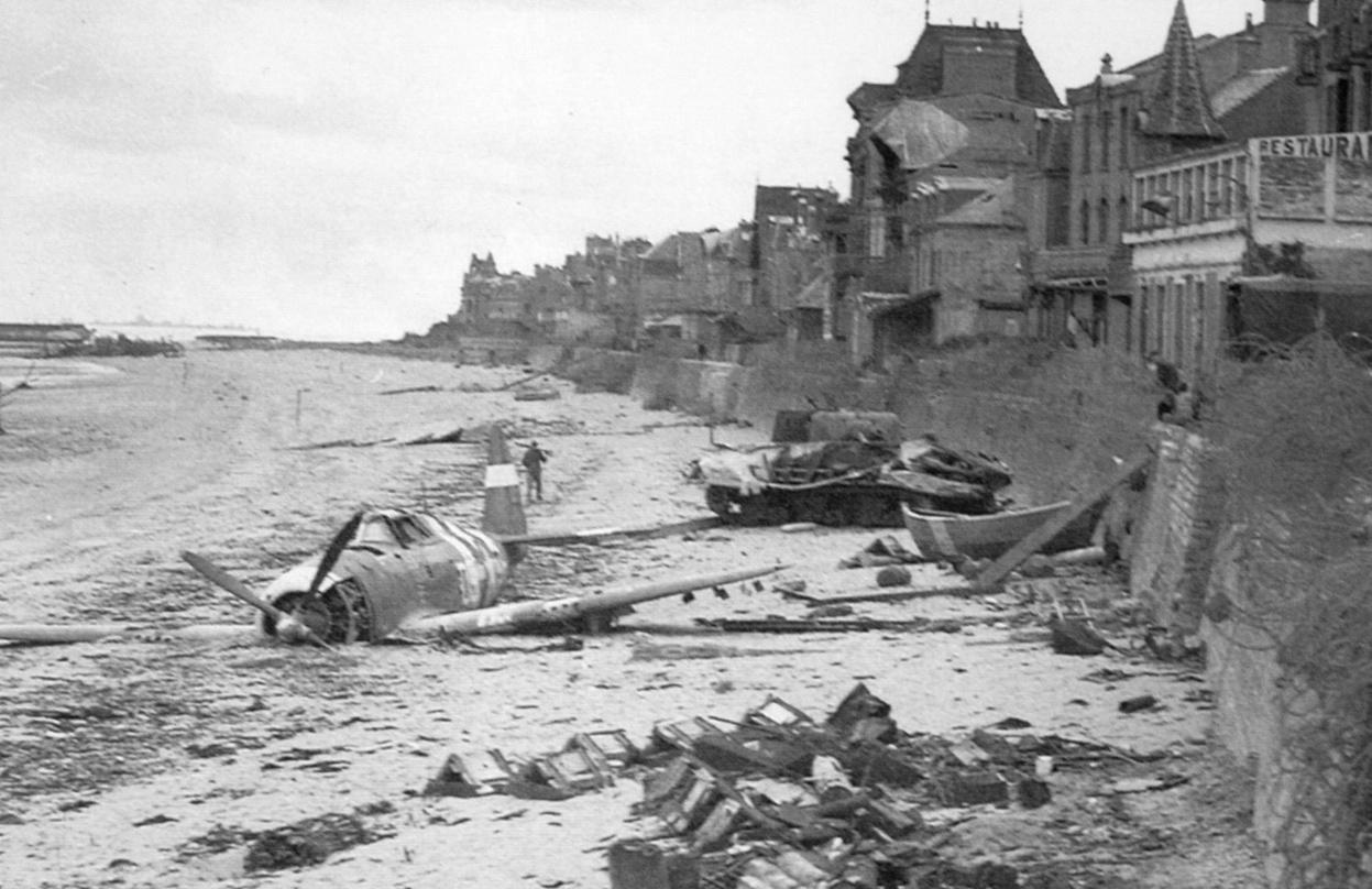 1944. Lezuhant P-47 Thunderbolt repülőgép a Juno Beach-en a D-nap után Saint-Aubin-sur-Mer-nél, Franciaország..jpg