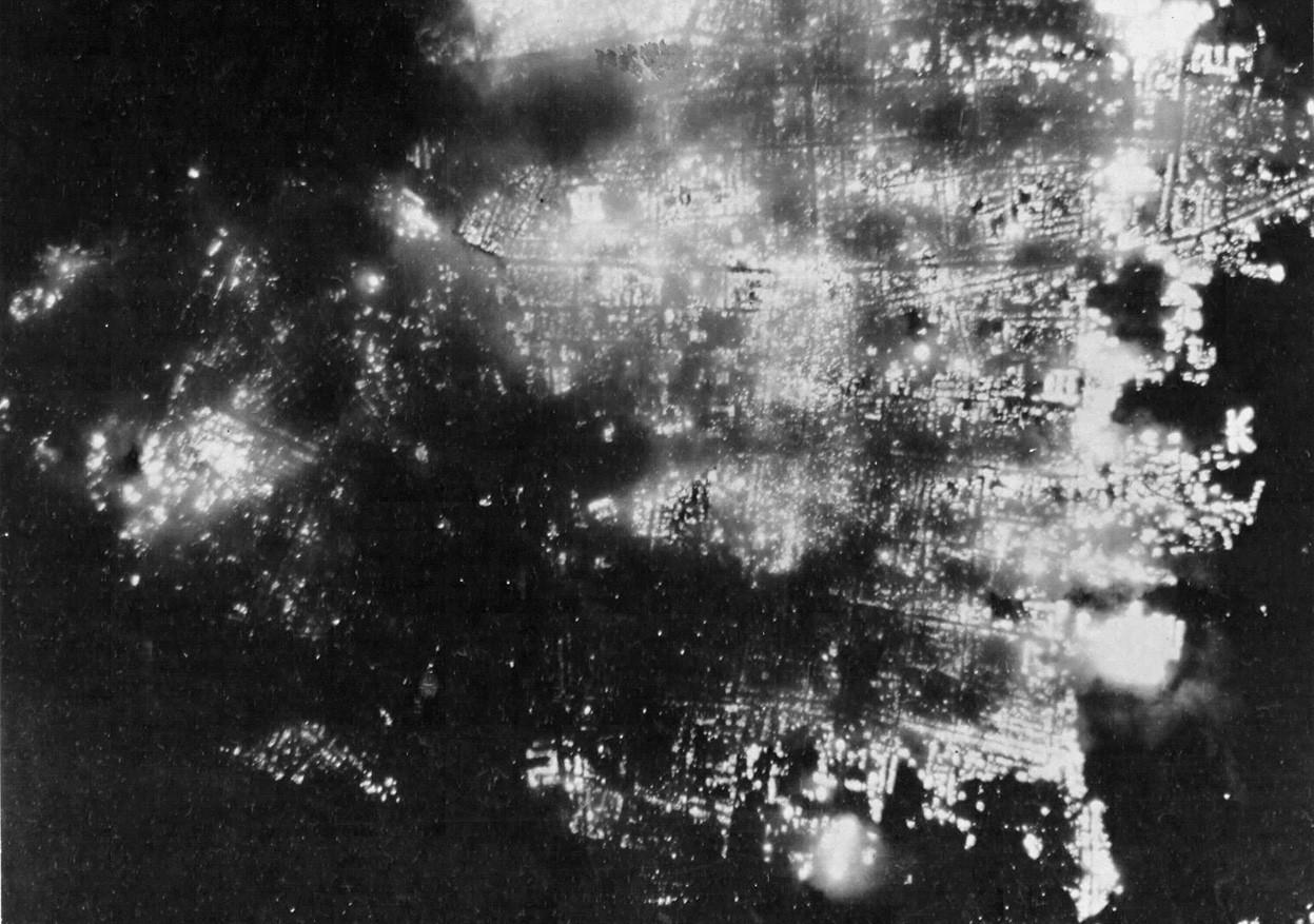 1945. augusztus 1. Az égő japán város Toyama éjszakai felvételen. A város fontos aluminium előállító helynek számított, ezért porig bombázták. 95.6 -a megsemmisült..jpg